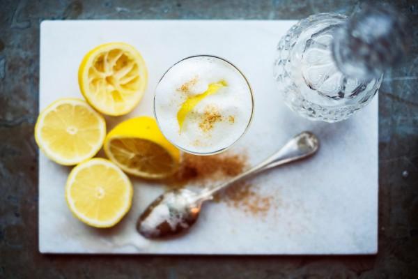 Skummig drink med citron och honung