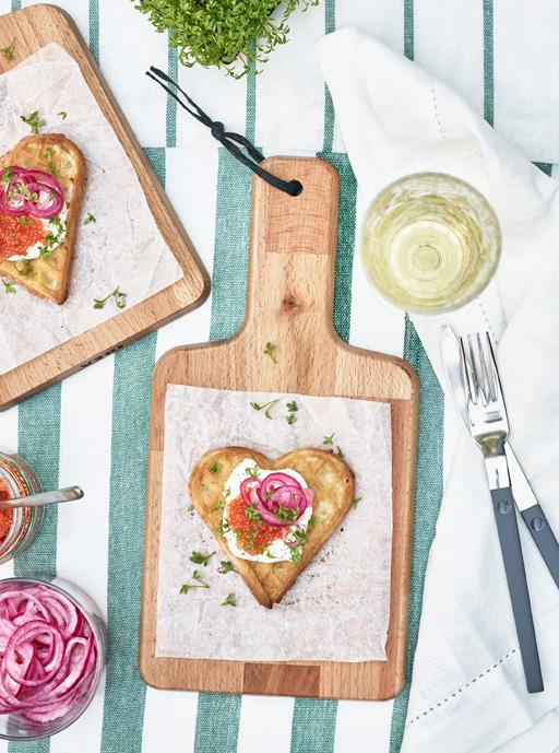 Våffelhjärtan med creme fraiche, röd caviar och picklad rödlök